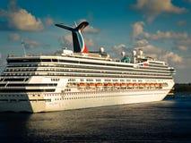 Liberté de carnaval ancrée dans le port de Grand Cayman Photographie stock