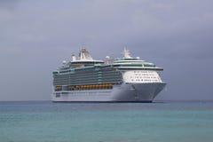 Liberté des Caraïbes royale des ancres de bateau de croisière de mers au port de George Town, Grand Cayman Images libres de droits