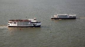 Liberté et statue des ferrys-boat de liberté Image stock