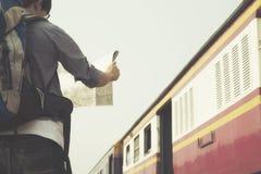 Liberté et voyageur actif de concept de mode de vie recherchant la bonne direction sur la carte Image stock