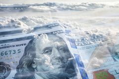 Liberté financière avec des centaines et des nuages photos stock