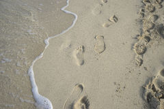 liberté, plage sablonneuse d'amende avec des empreintes de pas des personnes sur son surfa Photographie stock
