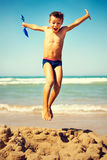 Liberté sautante de garçon dans la plage Photos libres de droits