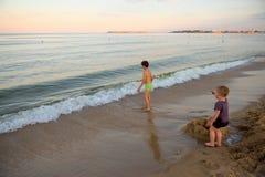 Liberté sautante de garçon dans la plage Images stock