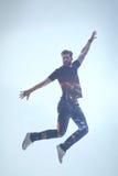 Libertad barbuda emocionada de la sensación del individuo durante vuelo foto de archivo libre de regalías