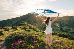 Libertad de la sensación de la mujer y disfrutar de la naturaleza fotos de archivo