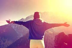 Libertad de la sensación del adolescente en paisaje de las montañas Foto de archivo