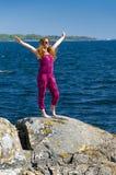 Libertad de la sensación del adolescente en una costa de mar Foto de archivo libre de regalías