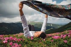 Libertad hermosa de la sensación de la mujer y disfrutar de la naturaleza foto de archivo