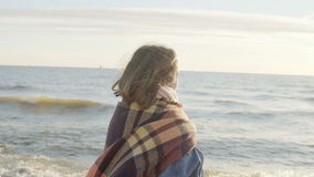 Libertad: la mujer joven que se coloca en la orilla del mar y los aumentos dan para arriba con la tela escocesa Hembra feliz en l almacen de metraje de vídeo