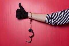 Libertad - mano del ladrón con las esposas desbloqueadas a mano Foto de archivo libre de regalías