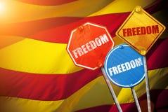 LIBERTAD política del lema bajo la forma de señales de tráfico con la bandera de Cataluña en el fondo Fotografía de archivo libre de regalías