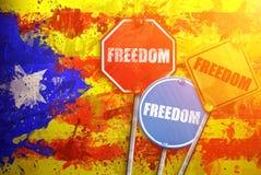 LIBERTAD política del lema bajo la forma de señales de tráfico con la bandera de Cataluña en el fondo Imagen de archivo