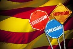 LIBERTAD política del lema bajo la forma de señales de tráfico con la bandera de Cataluña en el fondo Foto de archivo