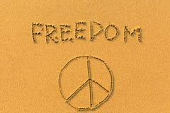 Libertad y una muestra de la paz - inscripción en la playa de la arena Imagenes de archivo