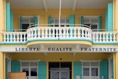 Liberte, Egalite, Fraternite debajo de un balcón Imágenes de archivo libres de regalías