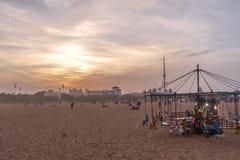 Libertino de madera aislado del paseo del caballo para los niños durante puesta del sol, nubes oscuras en el fondo, playa del pue Foto de archivo libre de regalías