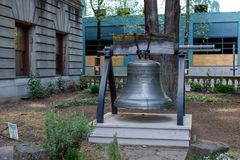Liberty Bell au jardin d'hôtel de ville de Portland Photos libres de droits