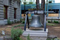 Liberty Bell på den Portland stadshusträdgården Royaltyfria Foton