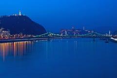 Liberty Bridge all'ora blu immagini stock libere da diritti