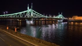 Liberty Bridge en de weg bij nacht in Boedapest stock footage