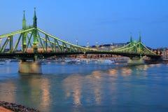 Liberty Bridge i Budapest i aftonen Royaltyfria Bilder