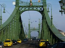 Liberty Bridge i Budapest med biltrafik royaltyfri fotografi