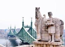 Liberty Bridge och staty av St Stephen på Budapest Arkivfoto