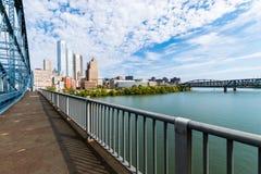 Liberty Bridge ovanför den Monongahela floden i Pittsburgh, Pennsy royaltyfri fotografi
