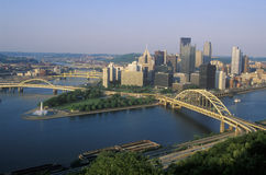 Liberty Bridge sobre o rio de Allegheny no por do sol com skyline de Pittsburgh, PA Imagem de Stock