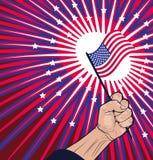 Liberty Concept - hållande amerikanska flaggan för nära näve Royaltyfri Fotografi