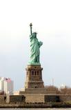Liberty Island com as multidões empequenecidas pela estátua da liberdade Fotografia de Stock