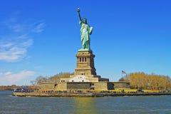 Liberty Island en Standbeeld in de Hogere Baai van New York royalty-vrije stock afbeeldingen