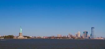 Liberty Island med statyn Royaltyfri Foto