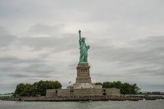Liberty Island und Freiheitsstatue Stockbild