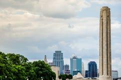 Liberty Memorial Tower en een mooie hemel Stock Fotografie