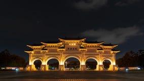 Liberty Square-hoofdingang van Chiang Kai-Shek Memorial Hall bij nacht in Taipeh, Taiwan stock footage