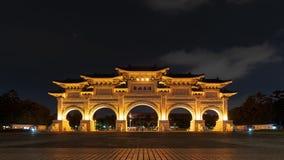 Liberty Square-hoofdingang van Chiang Kai-Shek Memorial Hall bij nacht in Taipeh, Taiwan stock videobeelden