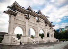 Liberty Square maingate nära medborgaren Chiang Kai-shek Memorial Hall med moln och himmel arkivbild