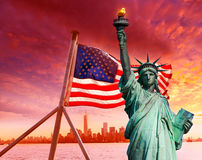 Liberty Statue New York horisontamerikanska flaggan Arkivbilder