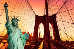 Liberty Statue und Brooklyn-Brücke New York Stockbild