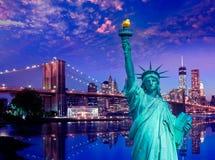 Liberty Statue und Brooklyn-Brücke New York Lizenzfreie Stockfotografie