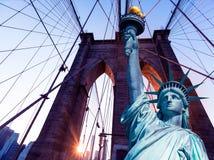 Liberty Statue und Brooklyn-Brücke New York Lizenzfreies Stockfoto