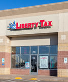 Liberty Tax Service Exterior Sign und Logo Stockbilder