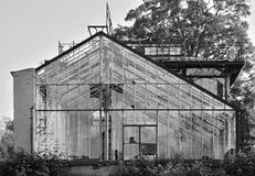 Libesice,捷克共和国- 2018年5月19日:温室的躯干在春天日出期间的Libesice村庄与黑白st 免版税库存图片