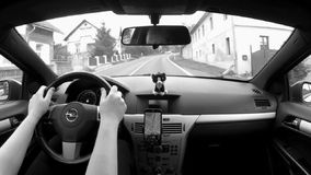 Libesice, Τσεχία - 13 Οκτωβρίου 2017: οδηγώντας αυτοκίνητο στο χωριό Libesice μεταξύ των παλαιών σπιτιών το φθινόπωρο φιλμ μικρού μήκους