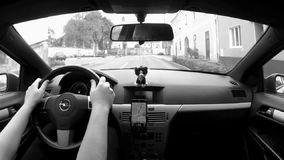 Libesice, Τσεχία - 13 Οκτωβρίου 2017: οδηγώντας αυτοκίνητο στο χωριό Libesice μεταξύ των παλαιών σπιτιών το φθινόπωρο απόθεμα βίντεο