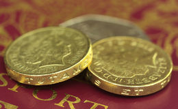 Libra británica con los billetes de banco con el pasaporte Fotografía de archivo libre de regalías