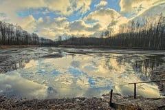 Libra con el cielo reflejado Fotos de archivo