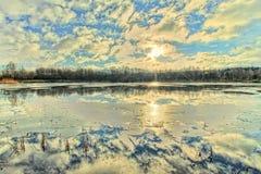 Libra con el cielo reflejado Fotos de archivo libres de regalías